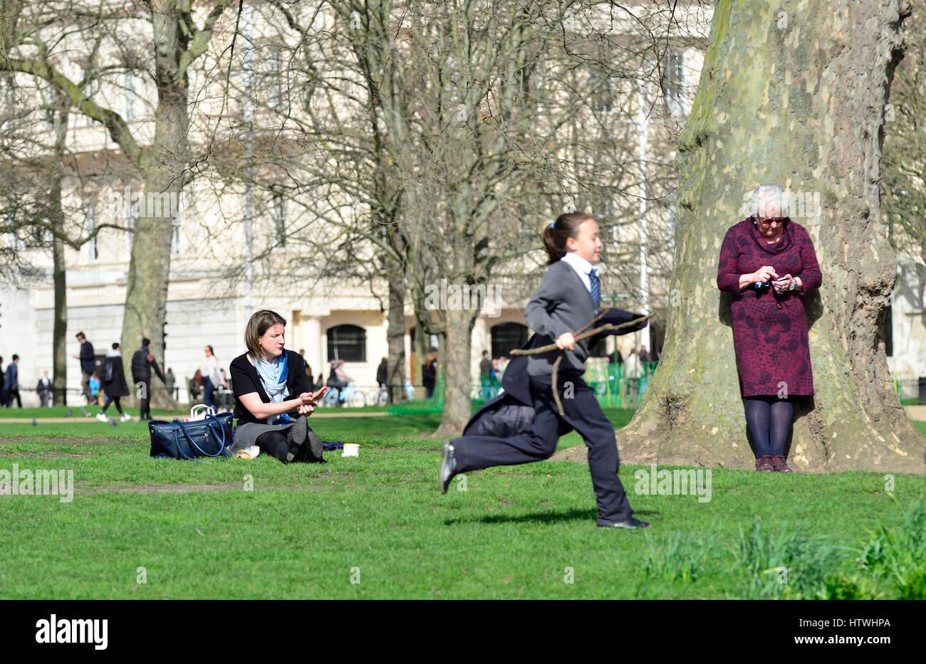 Londres, Royaume-Uni. Trois générations de femmes à St James' Park Photo Stock