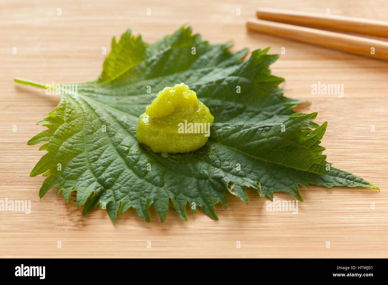 Feuille de shiso vert frais avec la pâte de wasabi en accompagnement Photo Stock