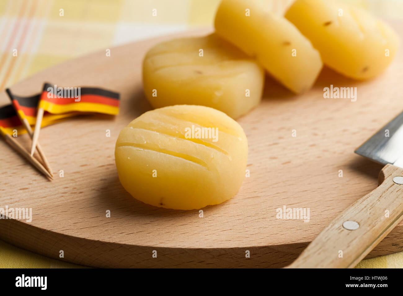 L'allemand part du fromage de Frankfurt am Main sur une planche à découper, drapeaux allemands Photo Stock