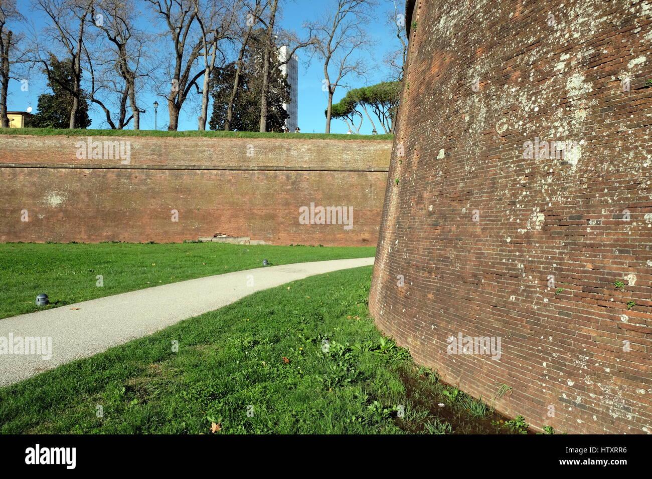 L'enceinte médiévale de Lucques, Toscane, Italie, Europe - moyen de sortir des murs, vert pelouse Photo Stock
