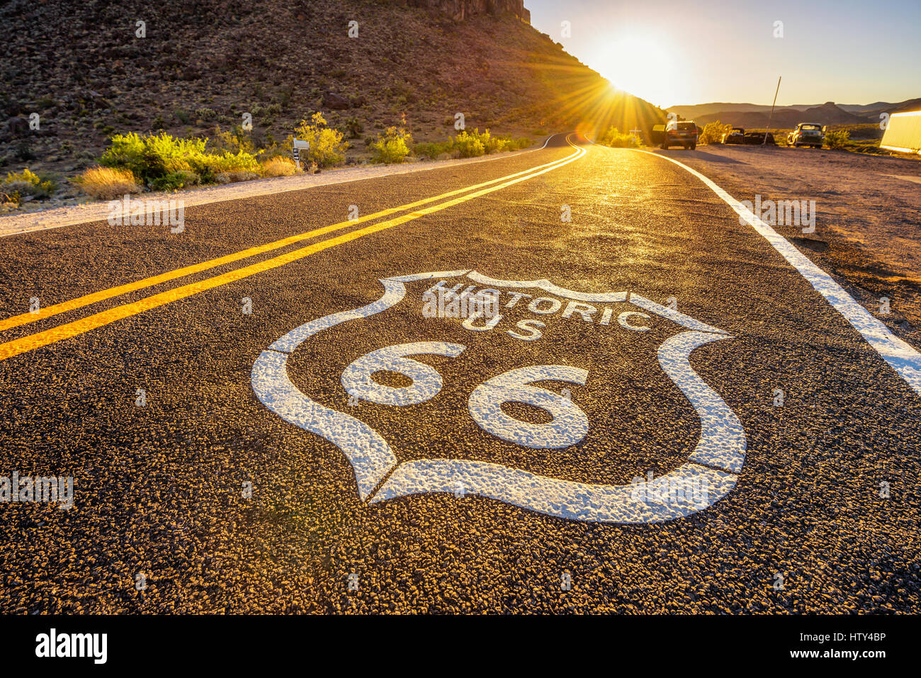 Plaque de rue sur la route 66 dans le désert de Mojave photographié contre le soleil au coucher du soleil Photo Stock