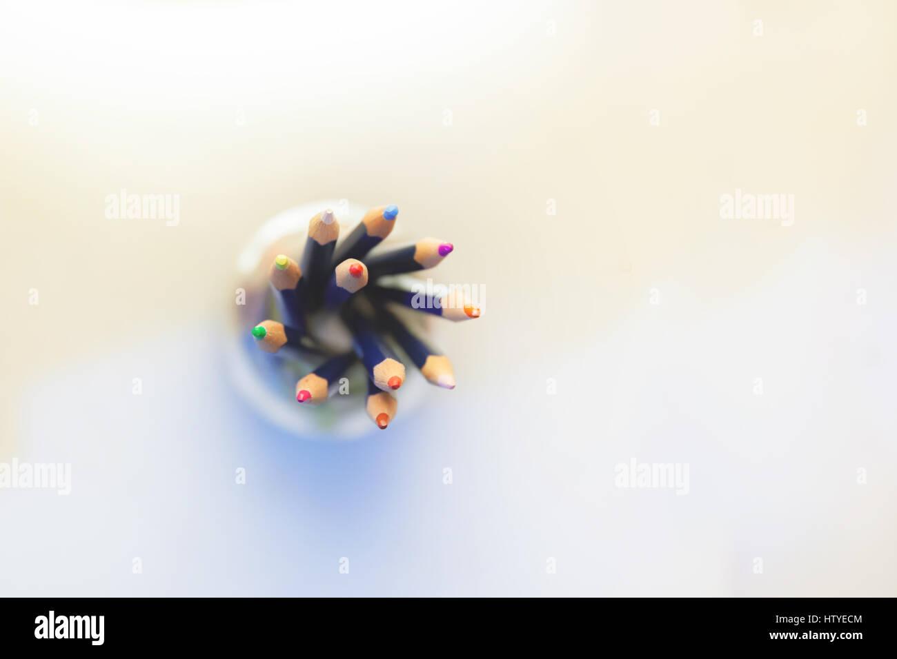 Vue de dessus des crayons multicolores dans un pot Banque D'Images
