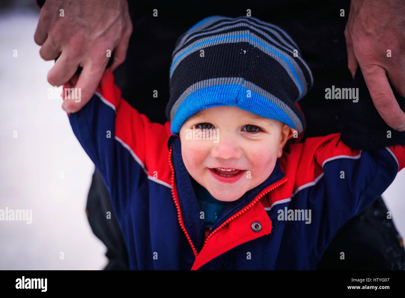 Père tenant son bras tout-petits Photo Stock