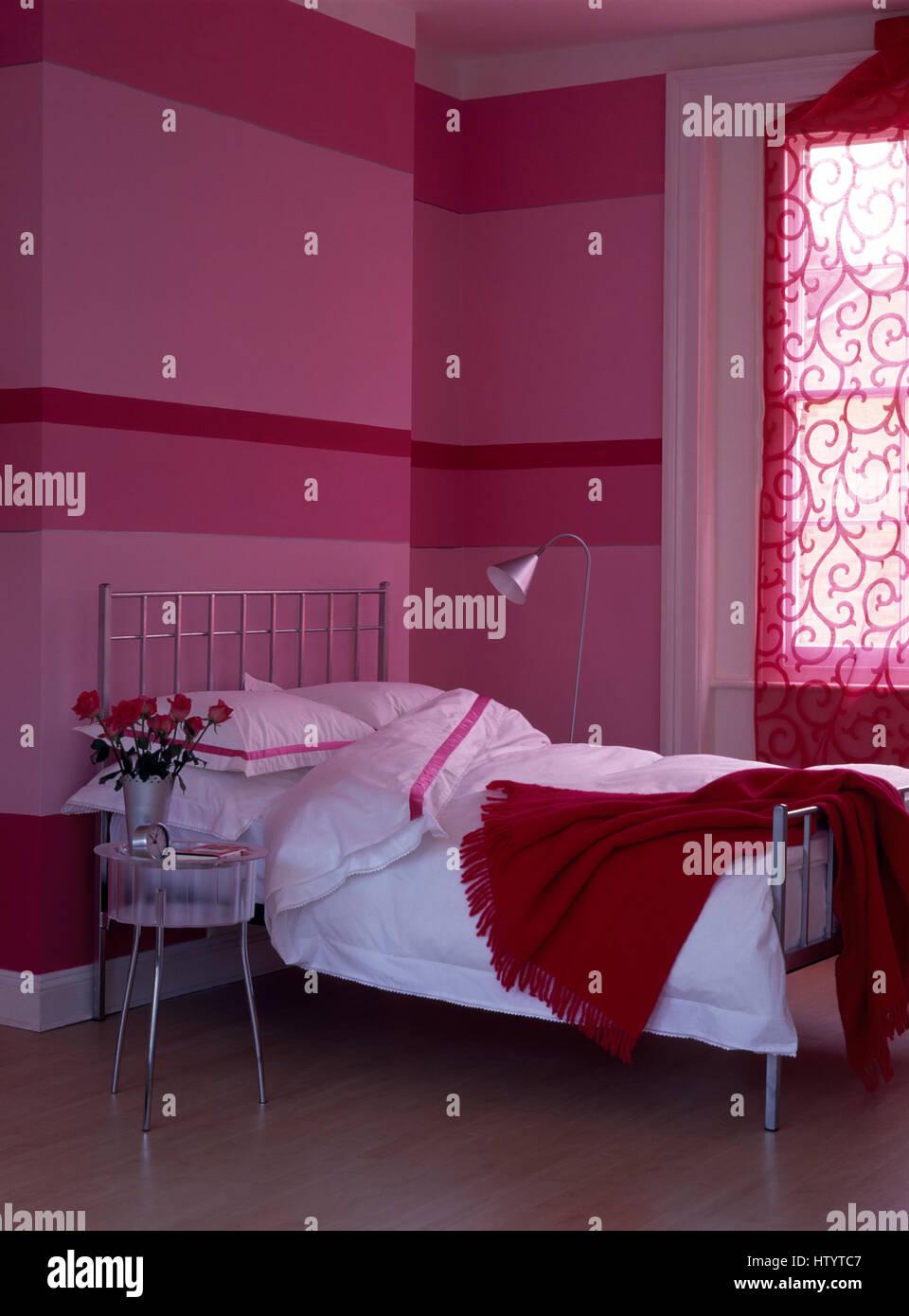 Mur peint en bandes horizontales dans un style économique rose ...