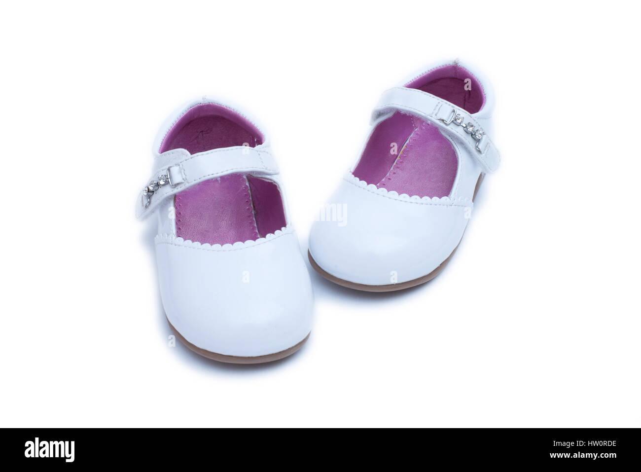 862fe2eacb0a4 Chaussures femme blanc. Chaussures enfants isolé sur fond blanc Photo Stock