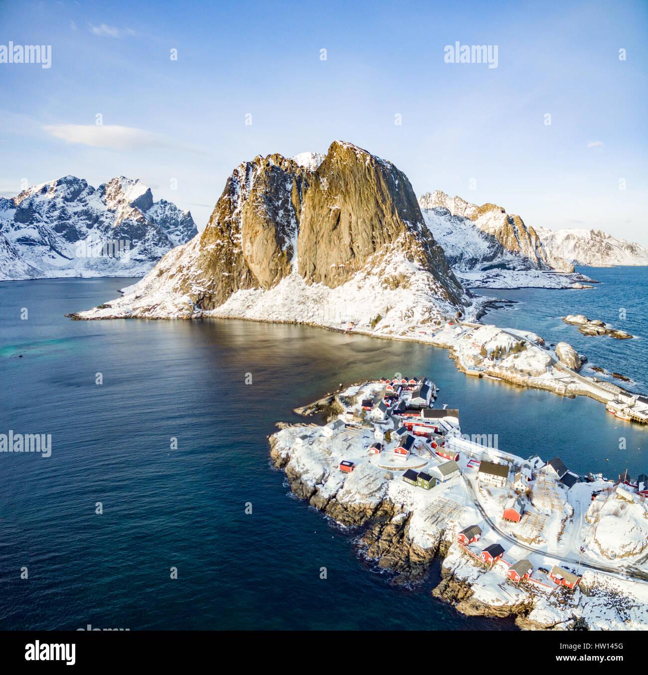 Au-dessus de Hamnoy, îles Lofoten, Norvège. Une journée ensoleillée en hiver Photo Stock