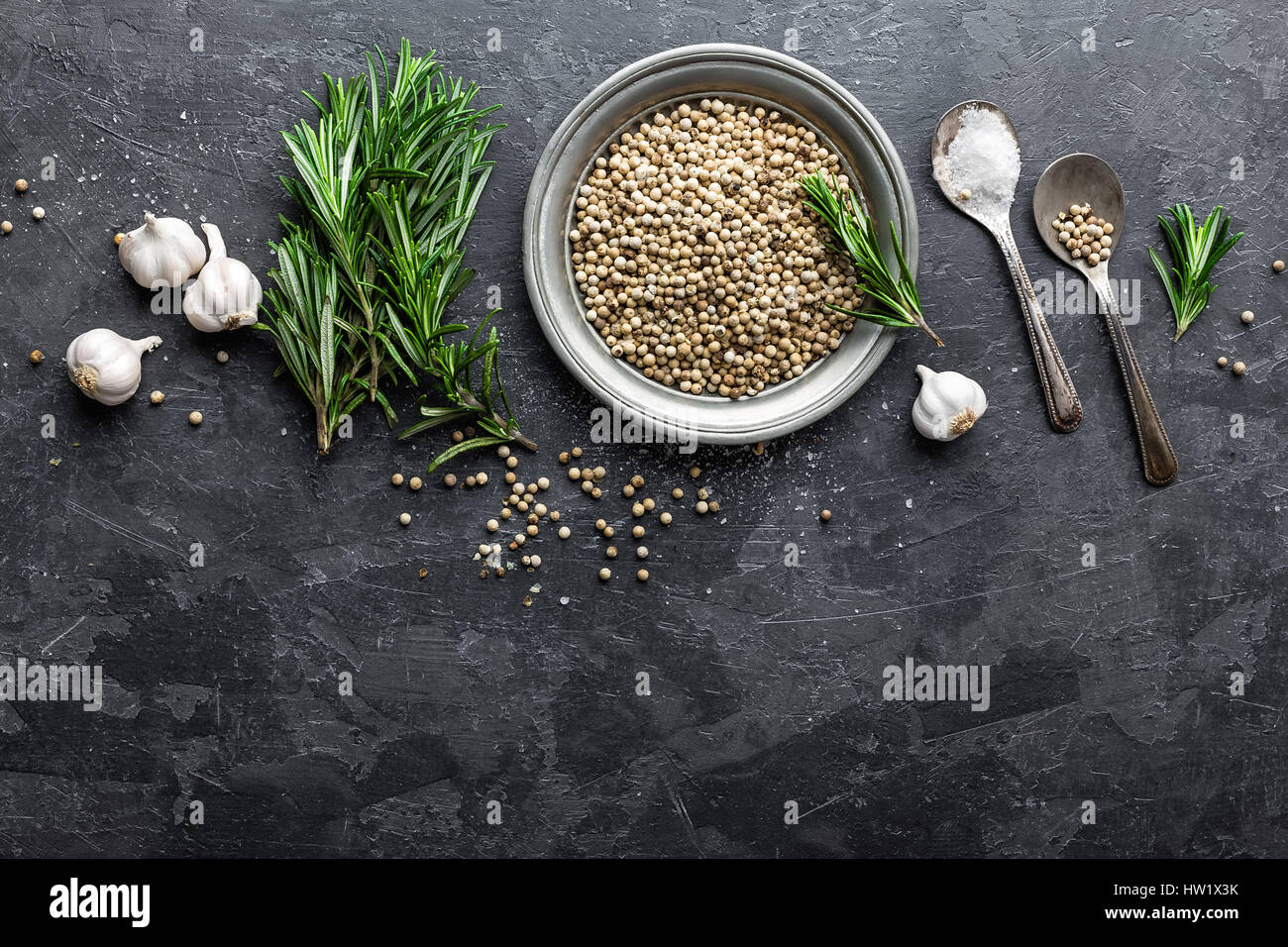 Le romarin, l'ail, sel et poivre blanc, fond culinaire avec diverses épices, directement au-dessus, télévision Photo Stock