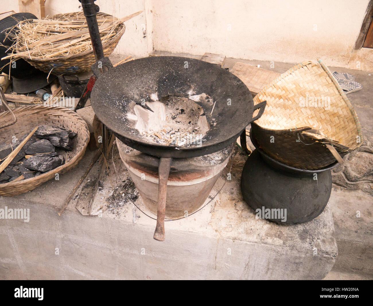La cuisson du charbon de onn la rue à Luang Prabang Photo Stock
