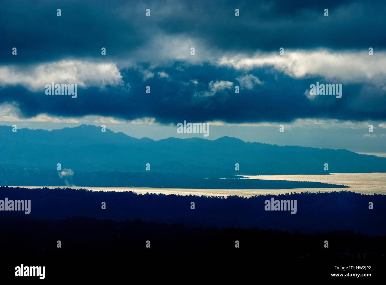 Pluie nuages planant au-dessus des côtes du nord de Sulawesi, en Indonésie. Reynold © Sumayku Photo Stock