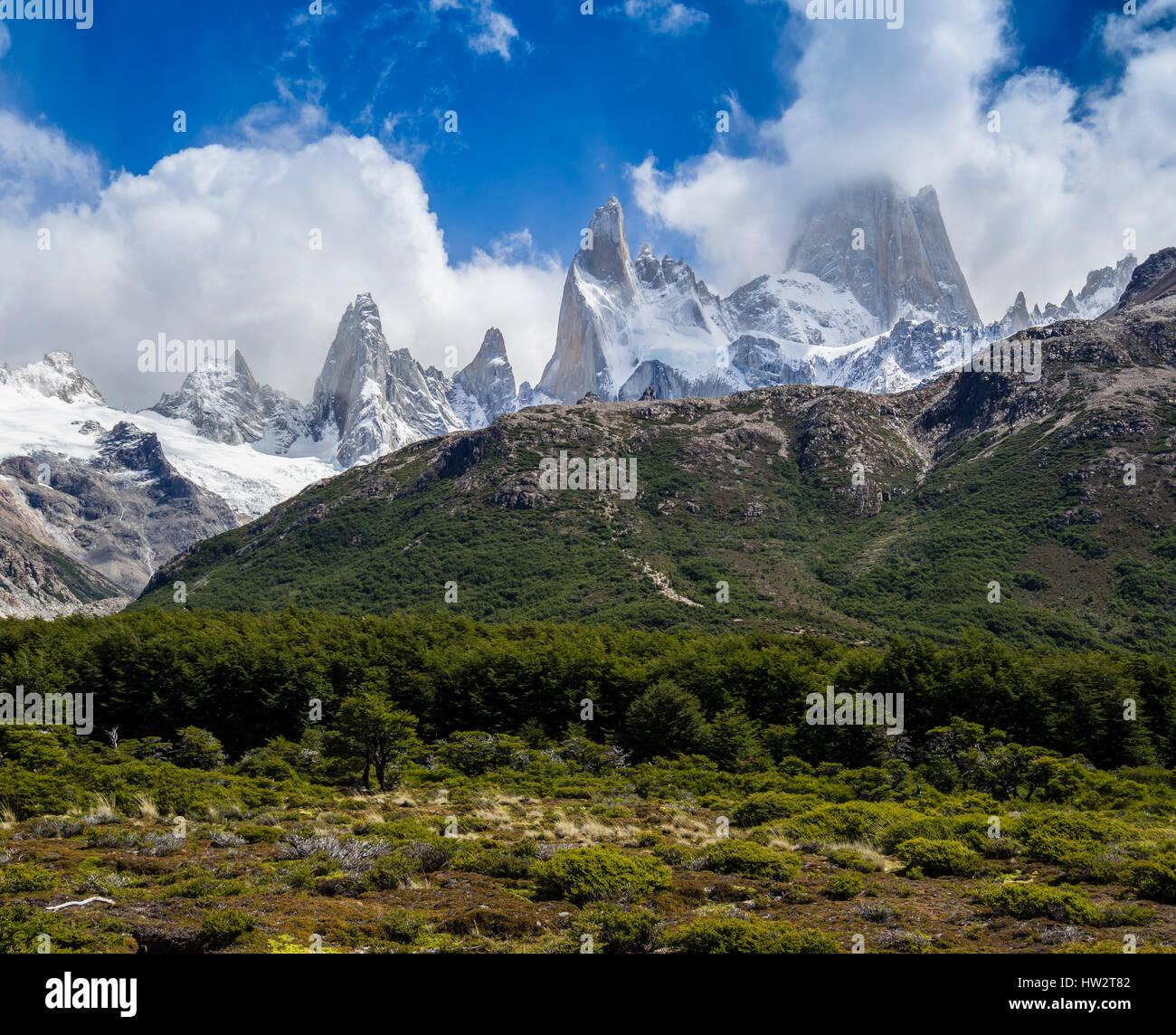 Vue vers célèbre montagne Fitz Roy, le chemin sur la colline au milieu des pistes sur piste raide à Mirador Laguna de los Tres, El Chalten, Los Glaciares Nati Banque D'Images