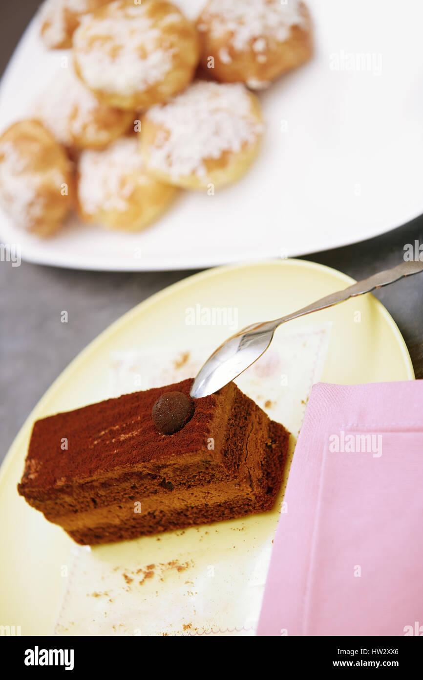 Gâteau au chocolat et d'éclairs. Vue de dessus Photo Stock