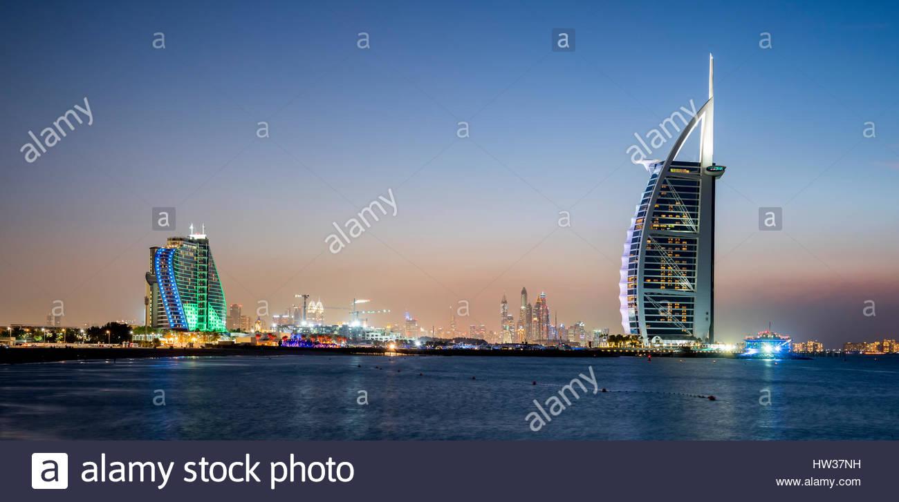 L'emblématique Burj Al Arab, l'hôtel Jumeirah Beach Hotel et le salon 360 (sur la gauche), Dubaï, Photo Stock
