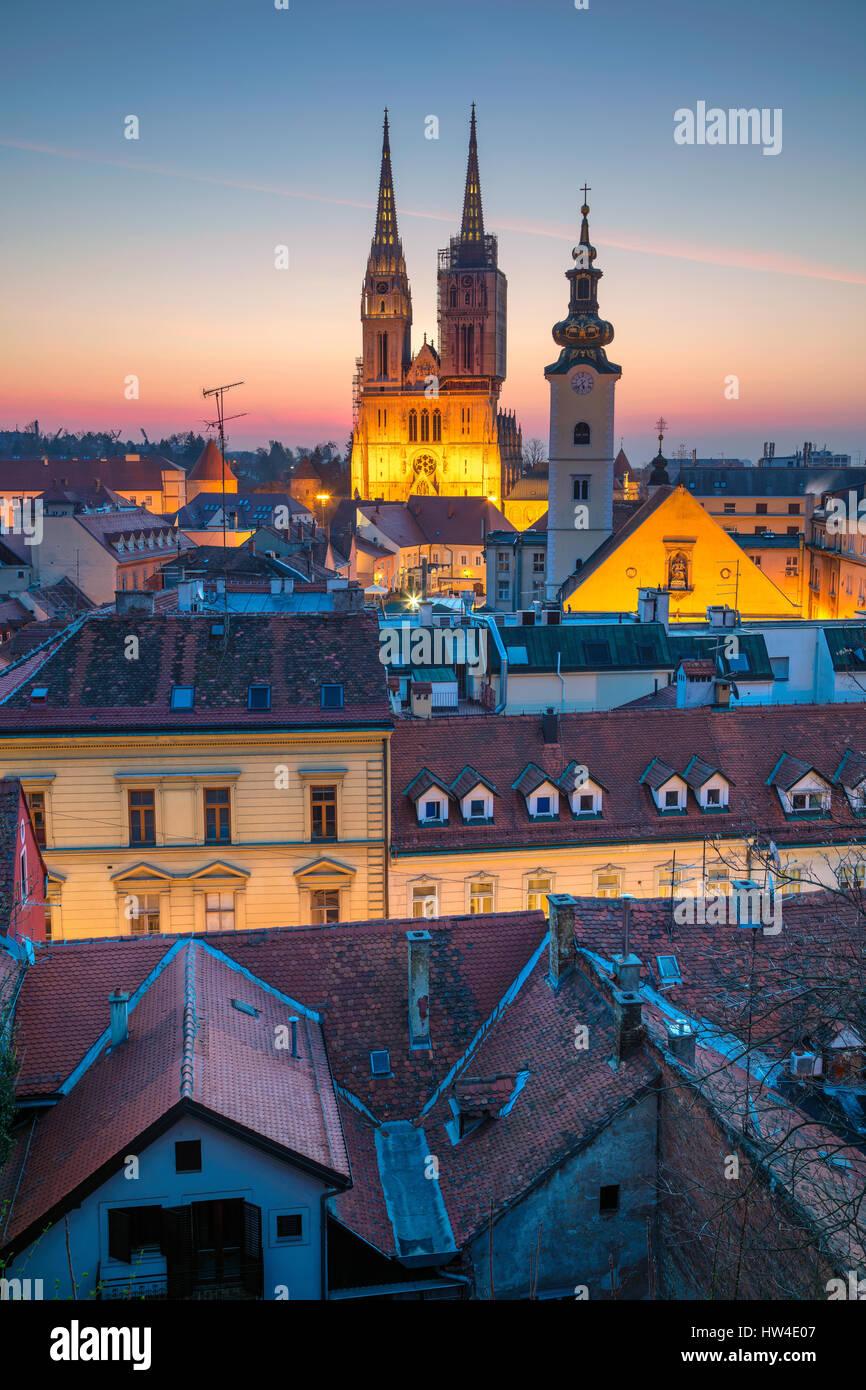 Zagreb. Cityscape de droit de Zagreb, Croatie pendant le crépuscule heure bleue. Photo Stock