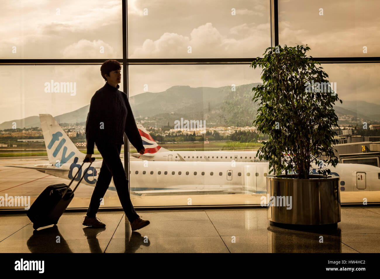 Touristique avec une assurance à l'aéroport de Malaga. Costa del Sol, Malaga. Andalousie le sud de Photo Stock