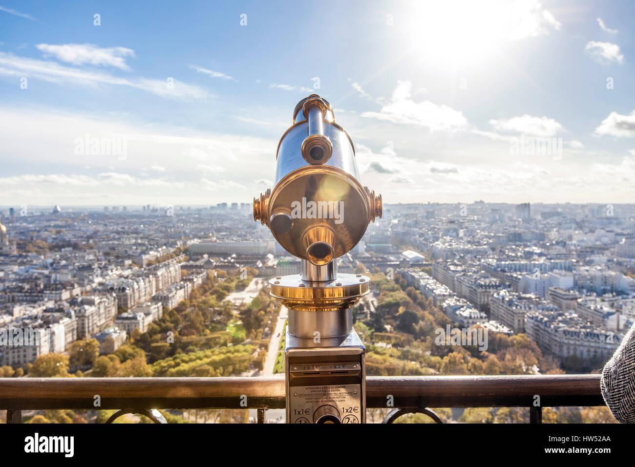 42a95e13c34c51 Visionneuse de la tour pour profiter de la belle vue de Paris du haut de la  fameuse Tour Eiffel, France. Il s agit d un pylône en treillis de fer situé  dans ...