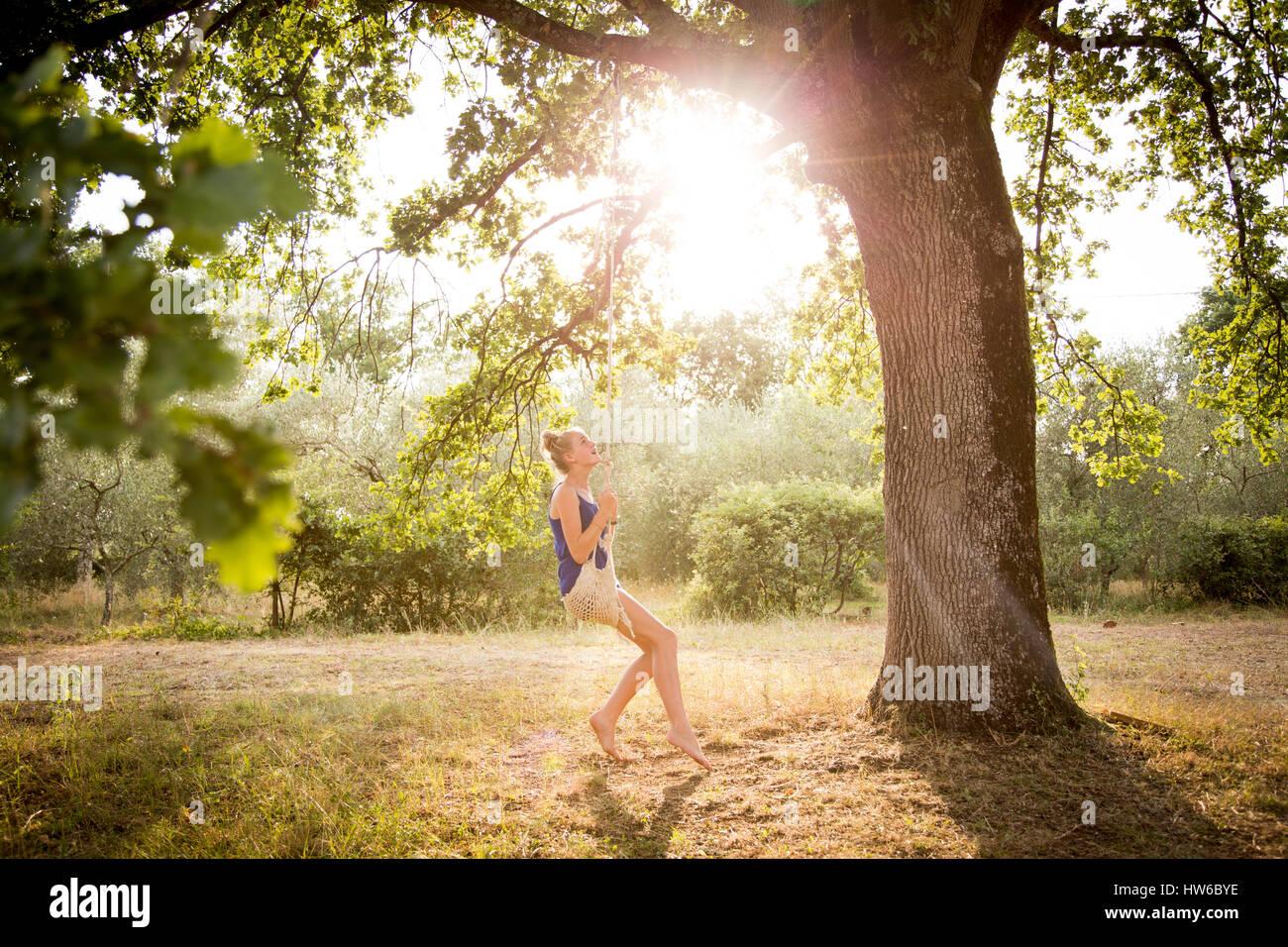 Girl en Italie sur une balançoire dans le jardin Photo Stock