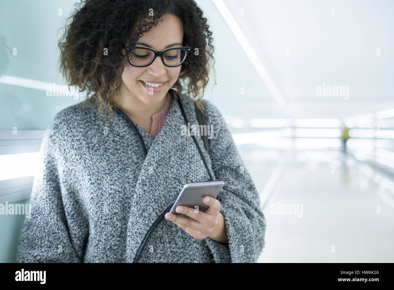 Afro American girl en utilisant un téléphone mobile Photo Stock