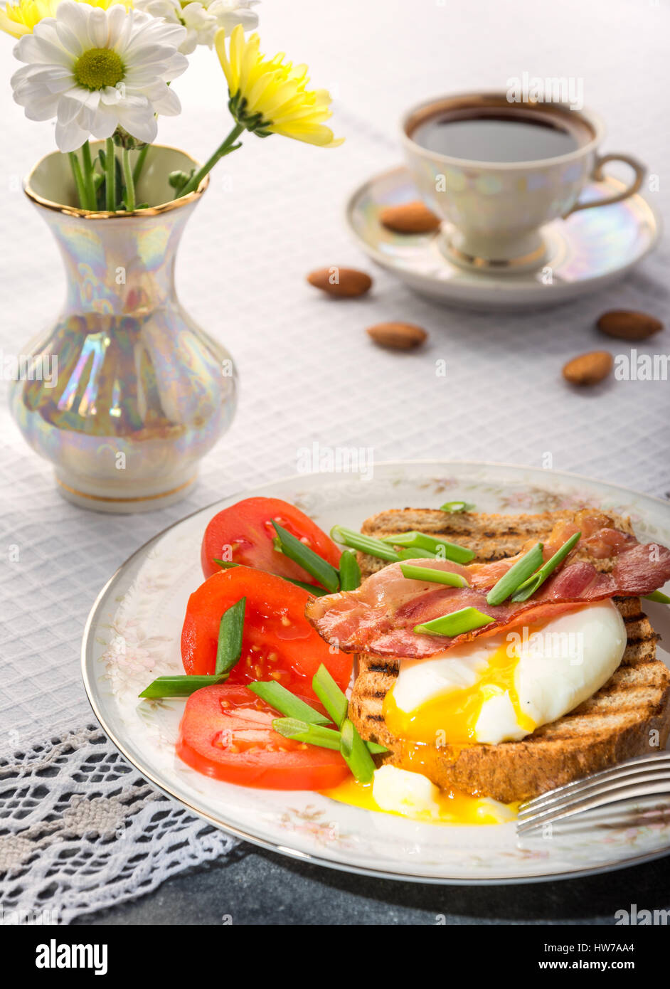 Délicieux petit-déjeuner sain et nutritif, avec des œufs pochés à grains de café grillé Photo Stock