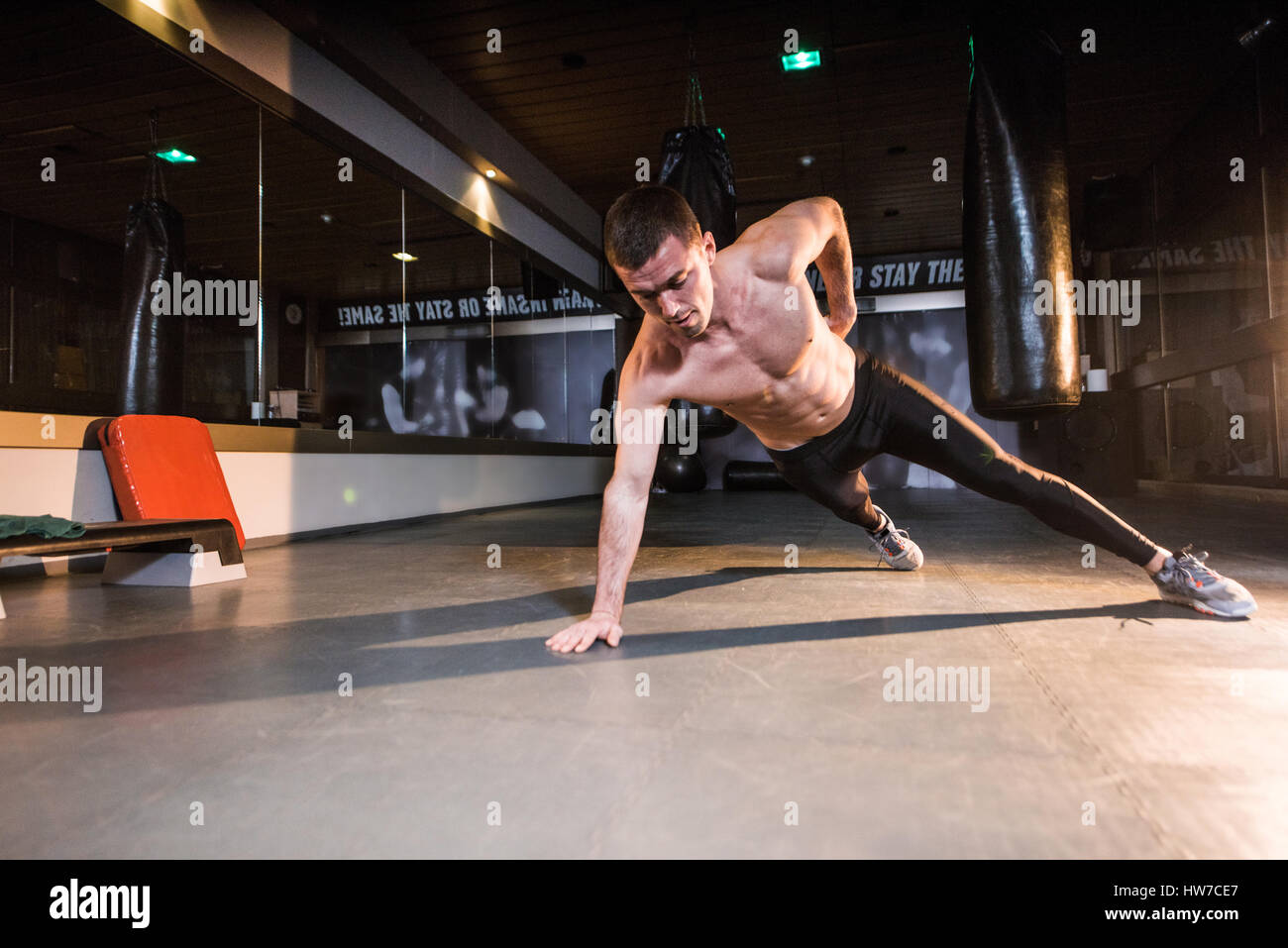 Jeune homme athlétique torse nu faisant une part pousser ups Photo Stock