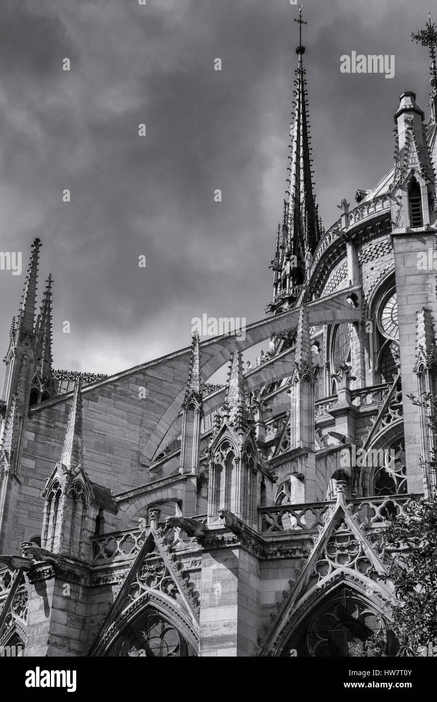 PARIS, FRANCE - 29 septembre 2016: des arcs-boutants et spries à la Cathédrale Notre-Dame. Banque D'Images