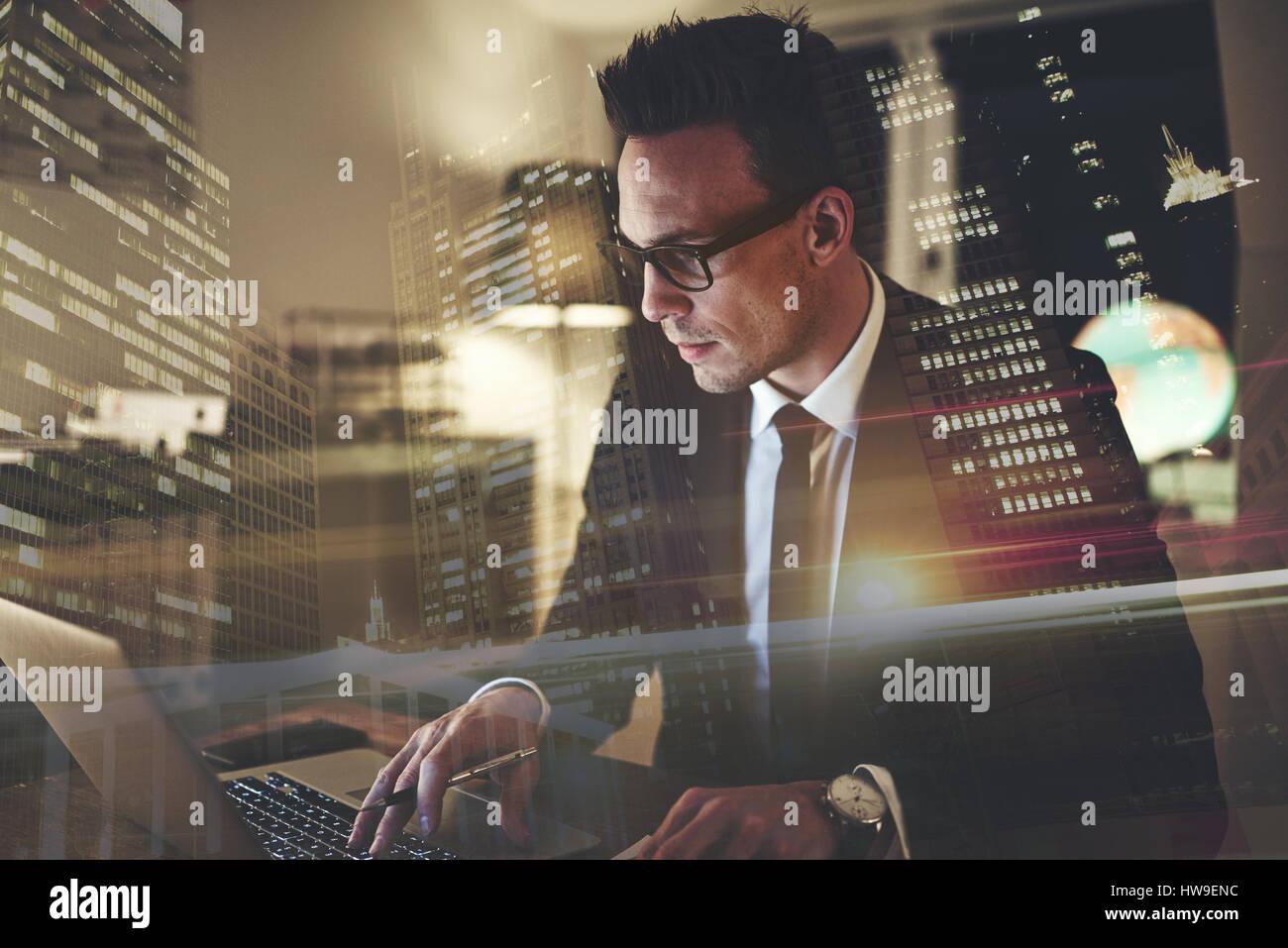 Close up of executive business man with laptop, concentré de grande ville en arrière-plan Photo Stock