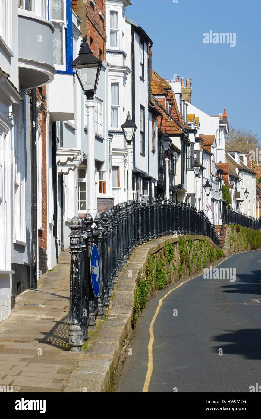 La vieille ville de Hastings High Street, maisons pittoresques sur la chaussée, East Sussex, Angleterre, Grande Photo Stock