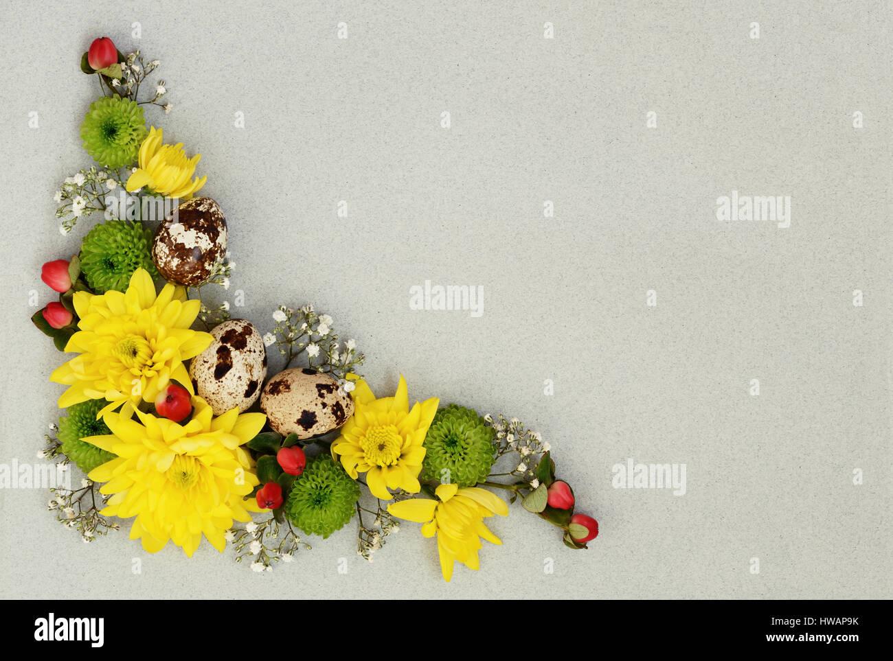 Décoration De Pâques De Jaune, Vert Et De Fleurs Blanches Avec Des Oeufs De  Cailles