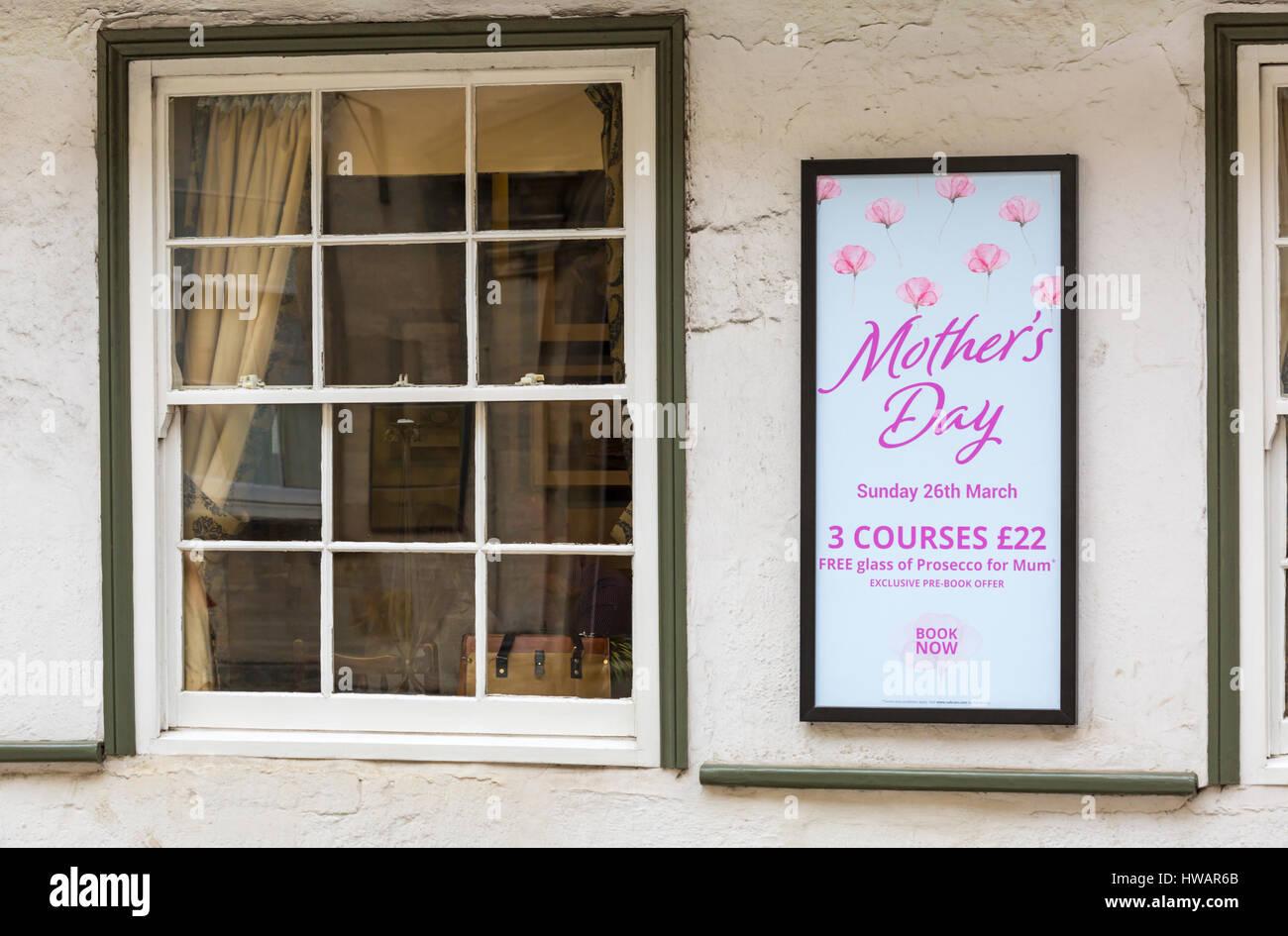 Repas de fête des Mères le dimanche 26 mars y compris verre de Prosecco pour maman - signe sur mur de Photo Stock