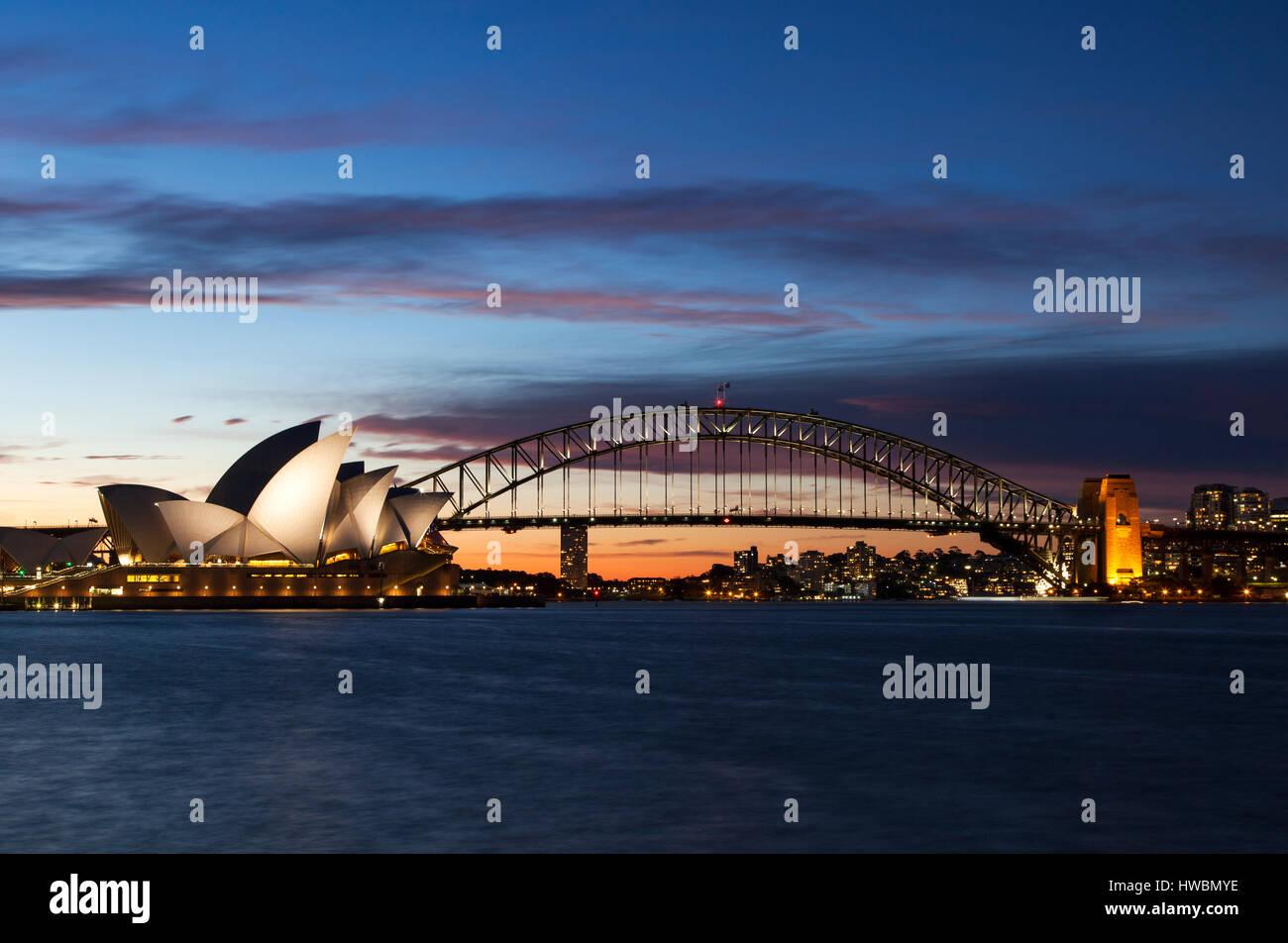 Opéra de Sydney et le Harbour Bridge at Dusk, Sydney, Australie Photo Stock