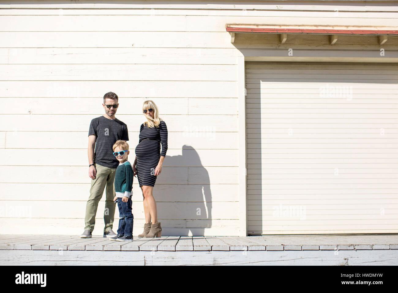 Les parents et le garçon à côté du bâtiment en bois Photo Stock