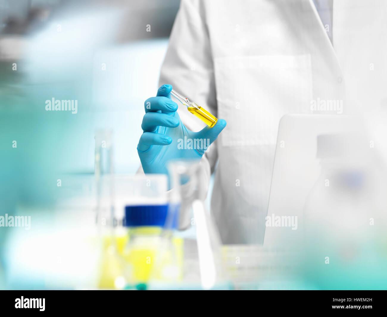 La recherche pharmaceutique, médecin de préparer un flacon de médicament pour un essai médical Banque D'Images