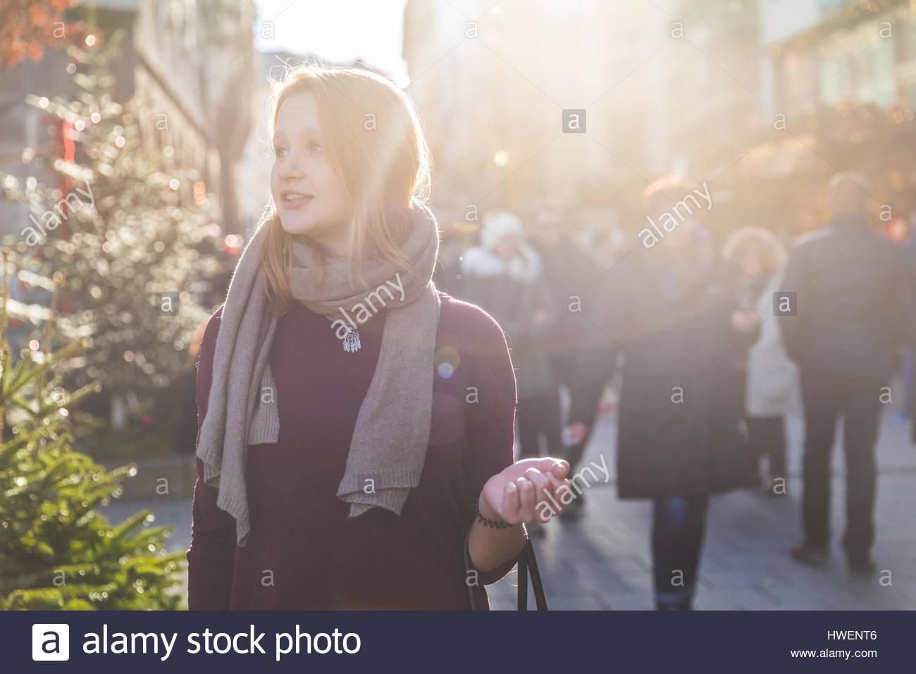 Jeune femme shopping au marché de Noël Photo Stock