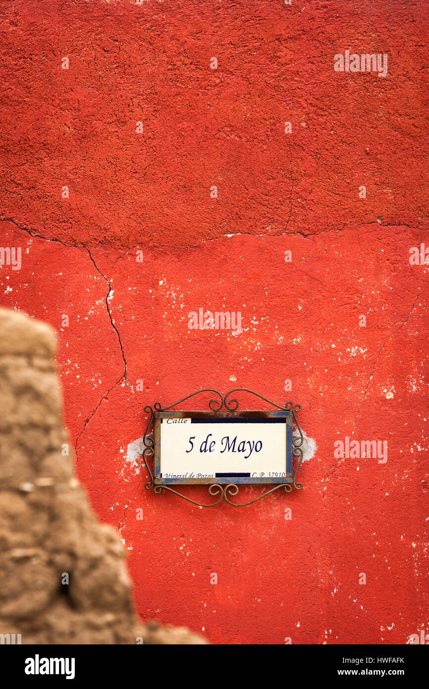 5 de Mayo, une plaque de rue dans la ville fantôme de Mineral de Pozos, Guanajuato, Mexique. Photo Stock