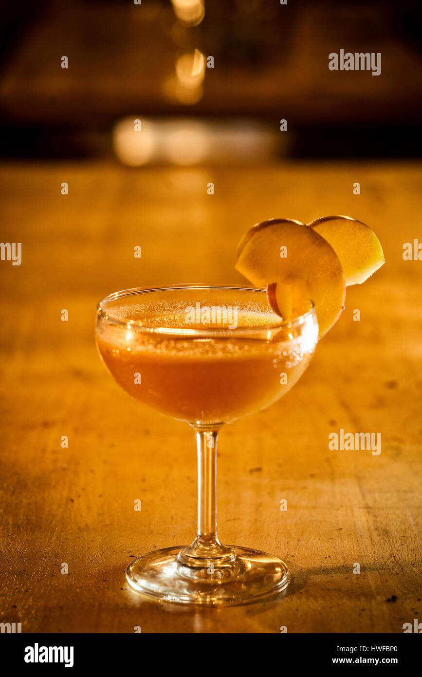 Verre à cocktail margarita apple dans un bar moderne Photo Stock