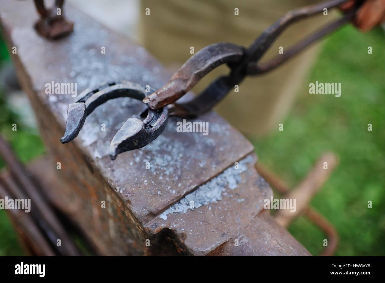 Le smith fait un fer à cheval sur l'enclume Photo Stock