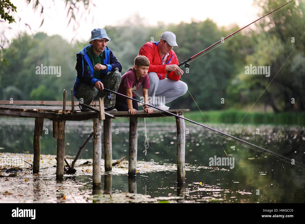 Deux pêcheurs pêcher debout sur le pont Photo Stock