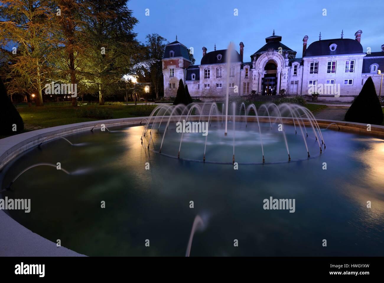 France, Jura, Lons le Saunier, Edward Guénon jardins spa, spas Ledonia en date du 19e siècle, l'étang, de l'eau jet Banque D'Images