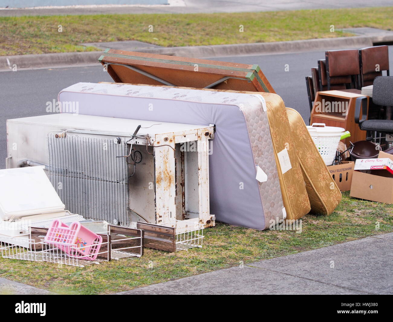 Ordures dur au bord de la route dans un quartier résidentiel à Melbourne Photo Stock