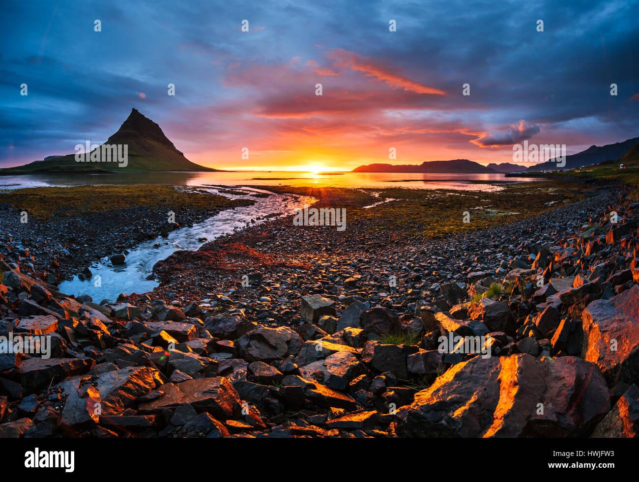 La pittoresque coucher de soleil sur les paysages et cascades. Kirkjufell mountain. L'Islande Banque D'Images