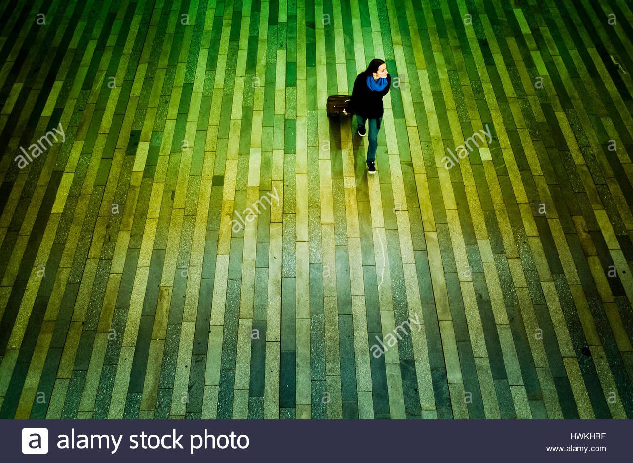 Woman traveler ou de banlieue à la gare de Prague Hlavni nadrazi, Photo Stock