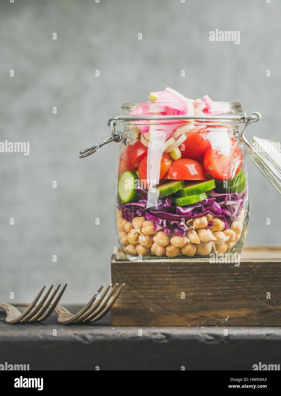 Close-up of layered sain salade à emporter avec les légumes, les choux de pois chiches Photo Stock
