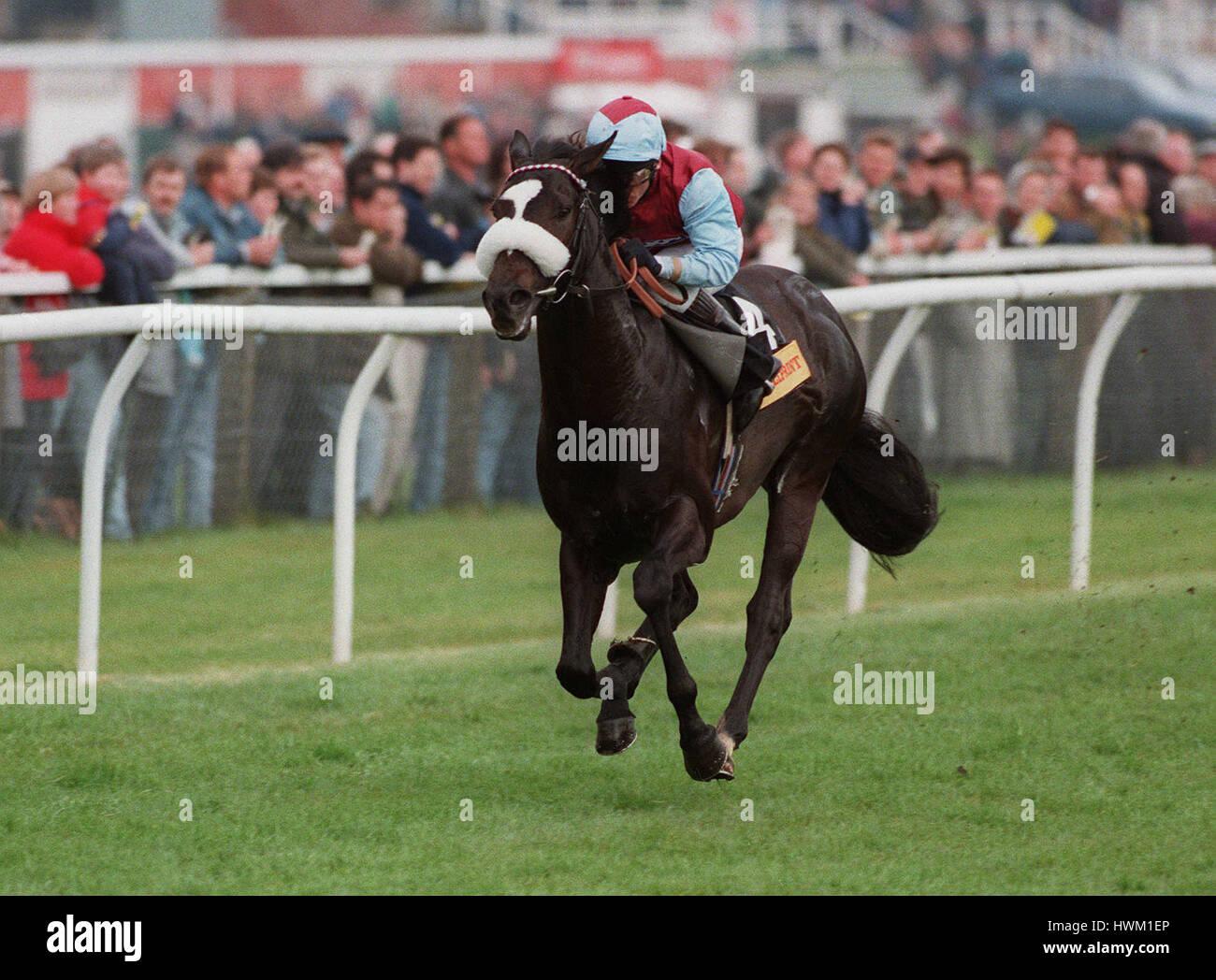 CELTIC SWING gagne 95 GREENHAM MONTÉ PAR KEVIN DARLEY 25 Avril 1995 Photo Stock