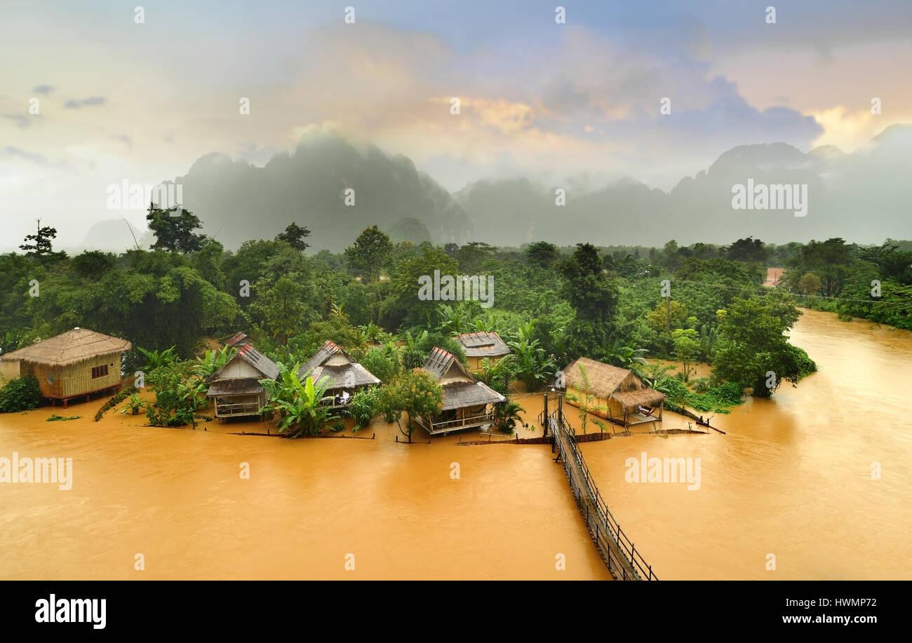 Vang Vieng Laos monument la hut village avec le pont en bois par temps nuageux et faibles lighthing matin Photo Stock