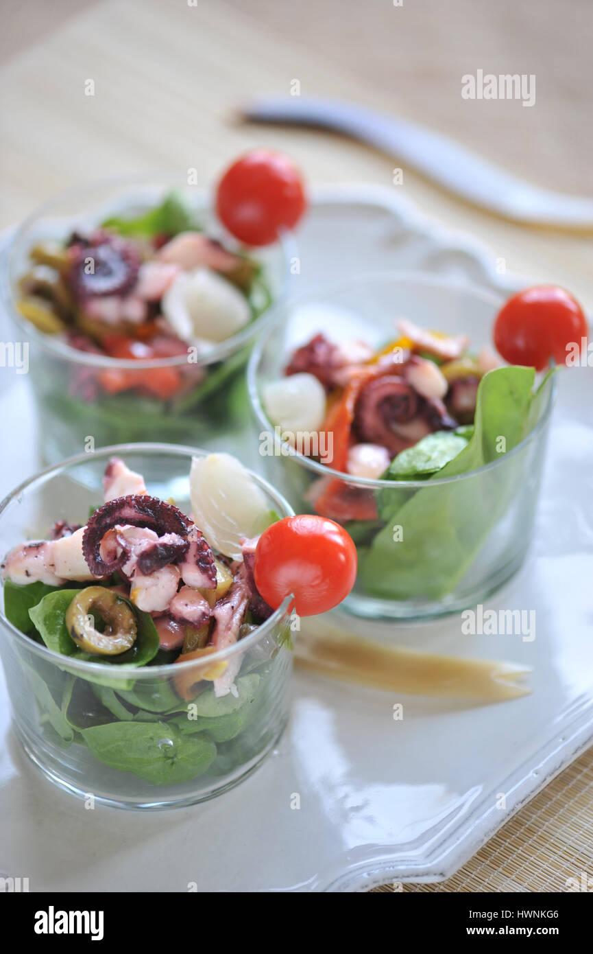 Calamars salade de pousses d'épinards Banque D'Images