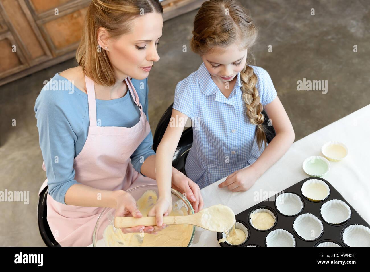 Portrait de Mère et fille la cuisson avec la pâte et la forme Photo Stock