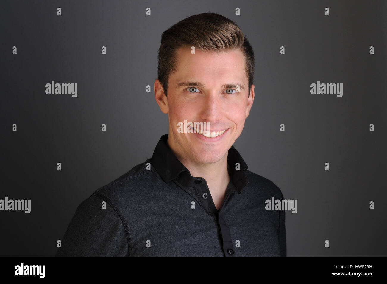 Homme heureux souriant pour appareil photo en vêtements intelligents Photo Stock