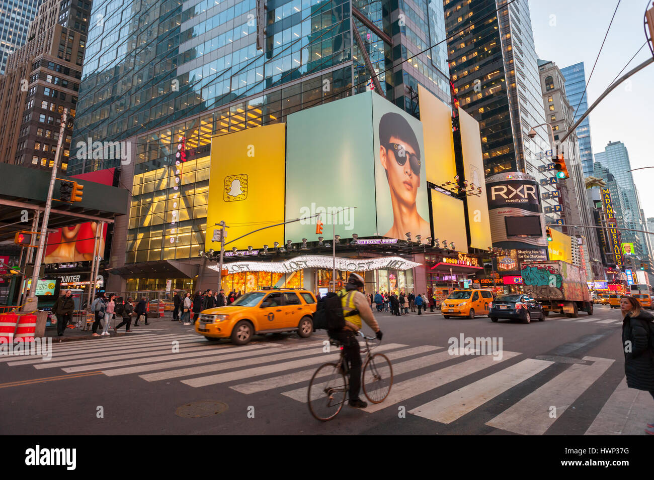 4dbdf48ff3b96 Un panneau d affichage à Times Square à New York annonce la fusion  Spectacles