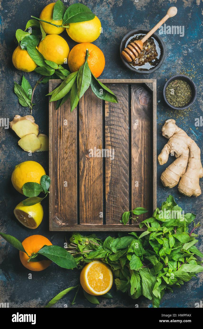 Ingrédients pour faire boire avec plateau en bois naturel dans le centre Photo Stock