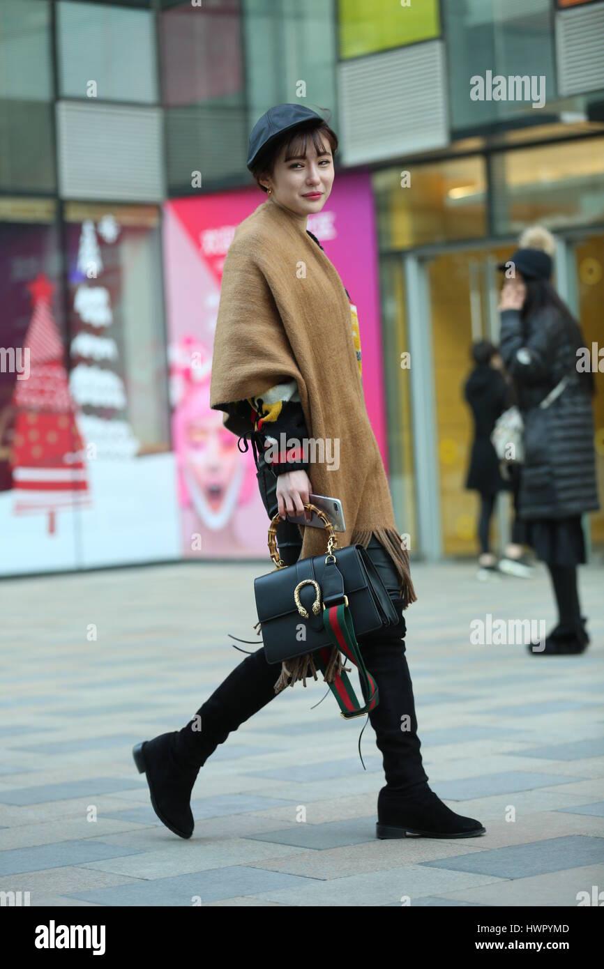De Pékin, Pékin, Chine. Mar 23, 2017. Beijing, Chine-Mars 23 2017: (usage éditorial uniquement. Chine OUT) un poussin girl promenades le long de la rue Sanlitun, Beijing's dans le moyeu de la mode, le 23 mars 2017. Crédit: SIPA Asie/ZUMA/Alamy Fil Live News Banque D'Images