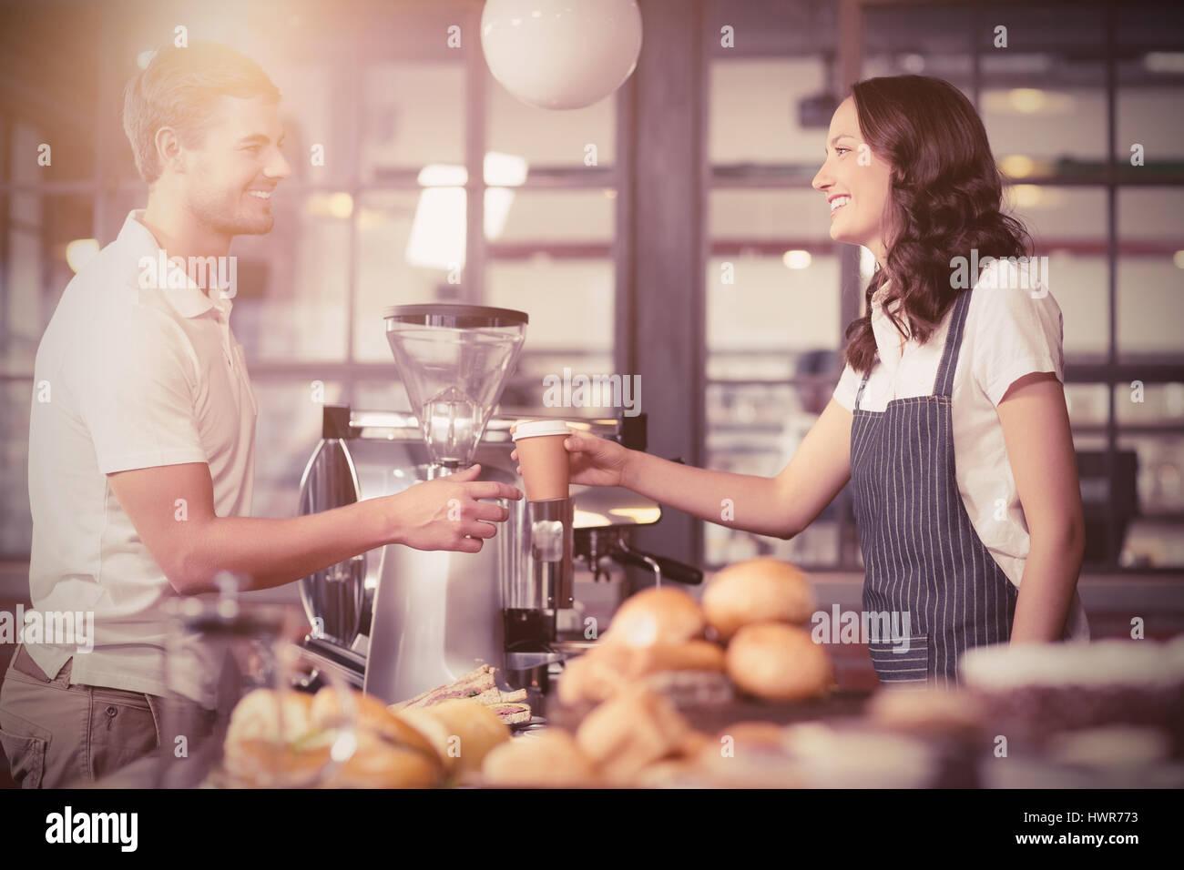 Flare contre pretty smiling barista au service client Photo Stock